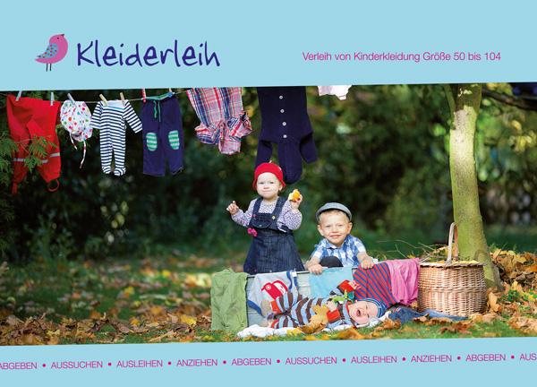 Kinder spielen unter aufgehängter Wäsche