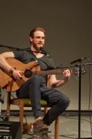 James Partoir mit Gitarre